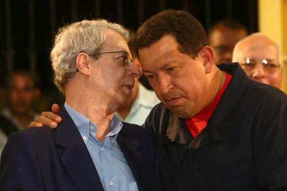Frei Betto (a la derecha) conversa con el Presidente Hugo Chávez.