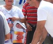 Un promotor en la distribución de plegables y pancartas, con motivo Día Mundial de Lucha contra el VIH/SIDA, en Las Tunas