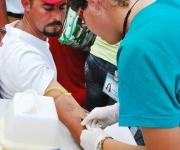 """Un joven se realiza la extracción de sangre denominada """"Hazte la prueba"""", con motivo Día Mundial de Lucha contra el VIH/SIDA, en Las Tunas"""