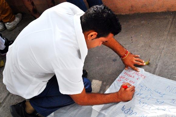 Un estudiante de medicina en la firma de apoyo, con motivo a las actividades en saludo al Día Mundial de Lucha contra el VIH/SIDA, en Las Tunas