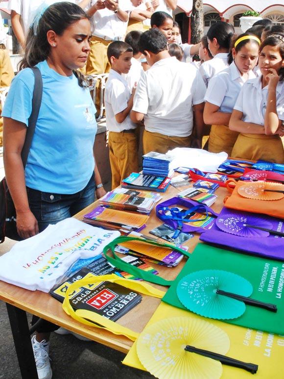 Una joven promotora de la distribución de documentaciones, como parte de las actividades en saludo al Día Mundial de Lucha contra el VIH/SIDA, en Las Tunas
