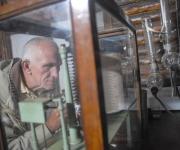 José Antonio Serrano toma datos de la presión atmosférica en el microbarógrafo