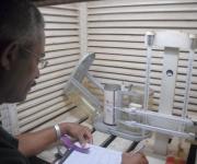 José Angel Durán mide la temperatura seca y húmeda relativa, comprobándola con el higrotermógrafo