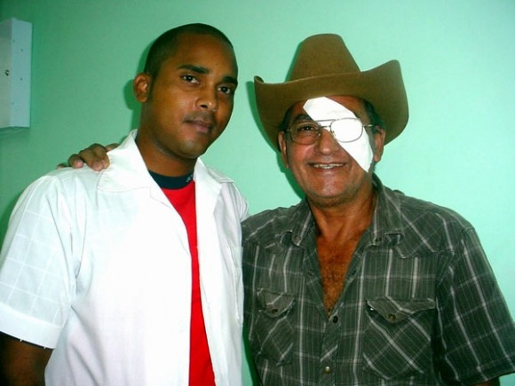 Luis Aguilera junto al doctor Abdiel Curvelo, del Centro Oftalmólogico de Holguín. Foto: Juventud Rebelde