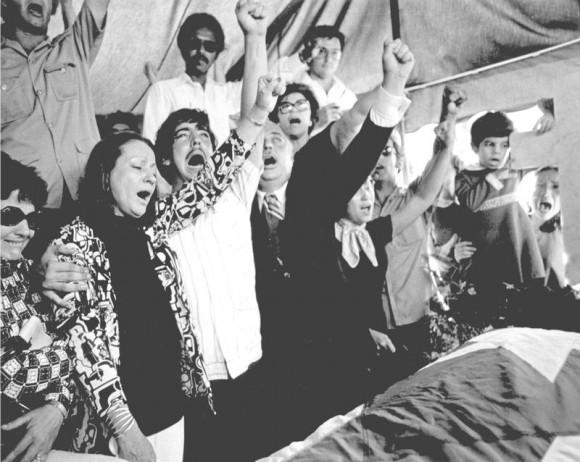 Entierro de Santiago Mari Pesquera. De frente, su madre Paquita Pesquera Catellops, su hermano Juan Raúl Mari Pesquera, y su padre, Juan Mari Brás. / Foto por Archivo de Claridad