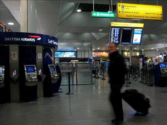 Imagen de la Terminal Norte del Aeropuerto de Gatwick en Londres, el domingo 27 de diciembre de 2009. Las medidas de seguridad se han incrementado y han producido ciertos retrasos en los aeropuertos británicos después de que el nigeriano Umar Farouk Abdulmutallab intentase destruir un avión de Northwest que estaba a punto de aterrizar en Detroit e introdujese un artefacto explosivo en su interior. Fot EFE / JONATHAN BRADY.