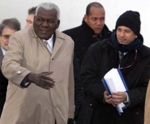Esteban Lazo Hernández (C), vicepresidente del Consejo de Estado de Cuba, a su llegada al aeropuerto de Copenhague, en Dinamarca, para asistir a la XV Conferencia de las Naciones Unidas sobre el Cambio Climático, el 16 de diciembre de 2009. AIN FOTO/ Kim Agersten/Ministerio de Relaciones Exteriores de Dinamarca/AFP/