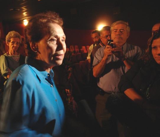 Prolongado aplauso, flores y abrazos para documental Anécdotas de Fidel
