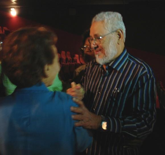 Estela Bravo recibe el salud de Jorge Risquet, uno de los testimoneantes del documental.