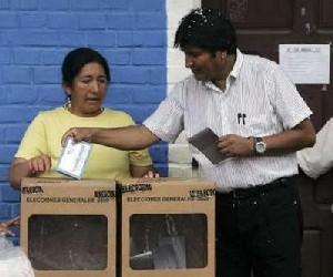 El presidente de Bolivia, Evo Morales, emite su voto en una escuela de Villa 14 de Septiembre en el corazón de los cocaleros en la región del Chapare, el 6 de diciembre 2009. (Foto REUTERS / Pilar Olivares)