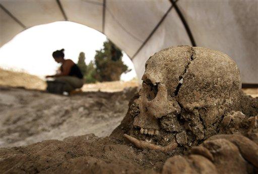 Trabajo de forenses el Cementerio de San Rafael, Málaga. (Foto: AP)