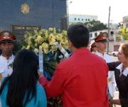 Ronald Blanco la Cruz (c), embajador de la República Bolivariana de Venezuela en Cuba y personal de esa sede diplomática colocaron una ofrenda floral ante el monumento del Libertador Simón Bolívar en la Avenida de los Presidentes, en La Habana