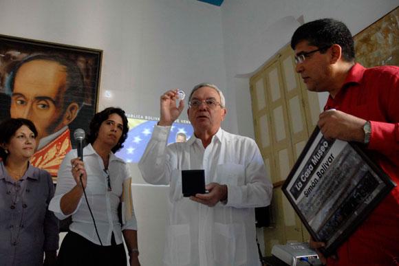 Eusebio Leal, Historiador de Ciudad de La Habana (c), muestra la placa conmemorativa por el 200 aniversario de la visita de Simón Bolívar a La Habana antes de entregarla a Ronald Blanco la Cruz (I), embajador de la República Bolivariana de Venezuela en Cuba