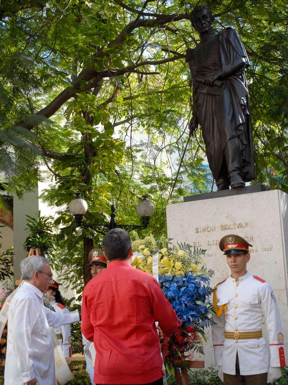 Ronald Blanco la Cruz, embajador de la República Bolivariana de Venezuela en Cuba y Eusebio Leal, Historiador de Ciudad de La Habana colocaron una ofrenda floral ante el monumento del Libertador Simón Bolívar en el parque ubicado en Mercaderes y Obra Pía, La Habana Vieja, el 17 de diciembre de 2009, para recordar los 179 años de la desaparición física del libertador Simón Bolívar