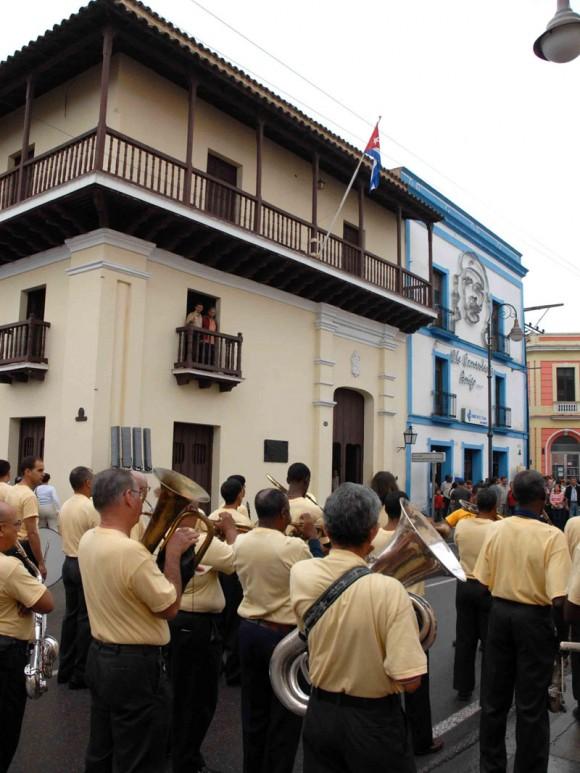 Banda de Música Provincial, frente a la casa de Ignacio Agramonte y Loynáz, en la peregrinación por el aniversario 168 de su natalicio, en Camagüey, Cuba, el 23 de diciembre del 2009. AIN. FOTO: Rodolfo BLANCO CUE/are