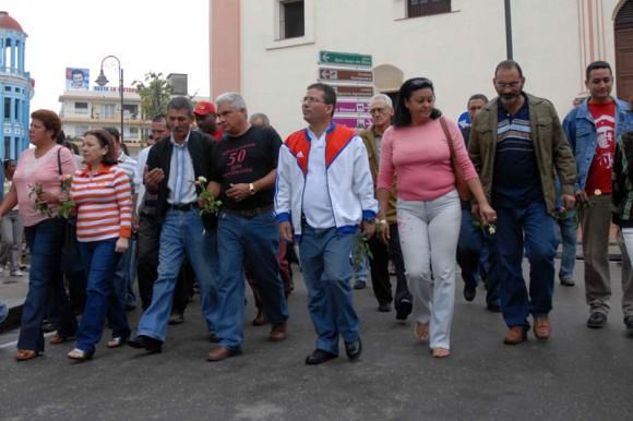 Julio Cesar García (centro, con abrigo rojo y blanco), primer Secretario del Partido en Camagüey encabezó la peregrinación por el aniversario 168 del natalicio de Ignacio Agramonte, Cuba, el 23 de diciembre del 2009. AIN. FOTO: Rodolfo BLANCO CUE/are