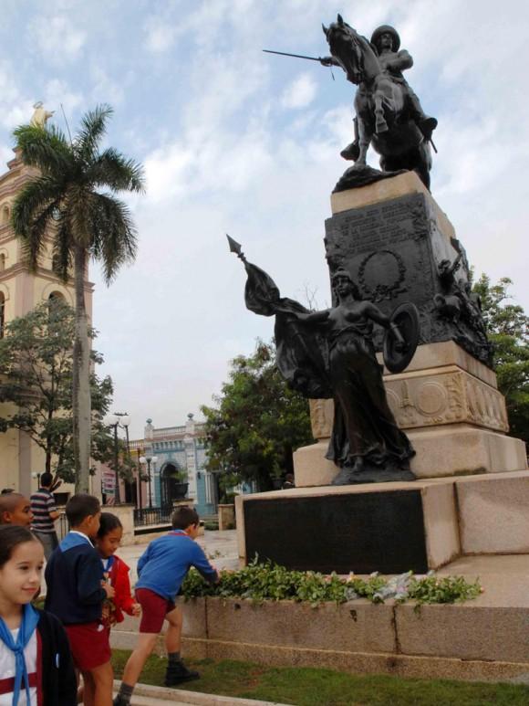 Pioneros, depositan flores en el monumento a Ignacio Agramonte, en el parque que lleva su nombre, por el aniversario 168 de su natalicio, en Camagüey, Cuba, el 23 de diciembre del 2009. AIN. FOTO: Rodolfo BLANCO CUE/are