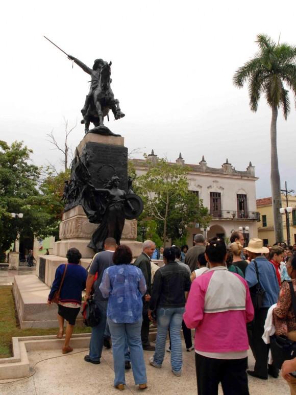 Depositan flores en el monumento a Ignacio Agramonte, en Peregrinación por el 168 aniversario de su natalicio, en Camagüey, Cuba, el 23 de diciembre del 2009. AIN. FOTO: Rodolfo BLANCO CUE/are
