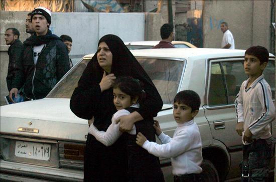 Una mujer iraquí abraza a su hija tras la explosión de un coche bomba cerca de la zona internacional en el centro de Bagdad (Irak) hoy, martes, 15 de diciembre de 2009. Foto EFE/Shehab Ahmed.