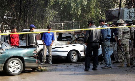 Varios iraquíes revisan el lugar tras la explosión de un coche bomba en un aparcamiento próximo a la embajada iraní en el centro de Bagdad (Irak) hoy, martes, 15 de diciembre de 2009. Al menos cuatro personas murieron y otros catorce resultaron heridas por la explosión de tres coche bombas en distintos puntos del centro de Bagdad, informaron fuentes policiales. Foto EFE/Ali Abbas.