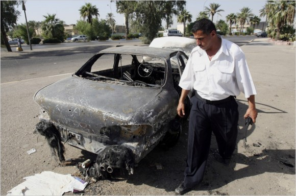 en 2007, un oficial de policía iraquí inspeccionó el tráfico de coches destruidos en una plaza de Bagdad, donde los guardias de Blackwater mataron a 17 personas en un incidente que provocó indignación entre los iraquíes. Foto: The New York Times