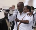 Robert 'Kool' Bell (D) y Robert Mickens integrantes de la banda estadounidense Kool & the Gang durante el concierto realizado en la Tribuna Antiimperialista José Martí, en La Habana, Cuba, 20 de diciembre de 2009. AIN FOTO/Sergio Abel REYES