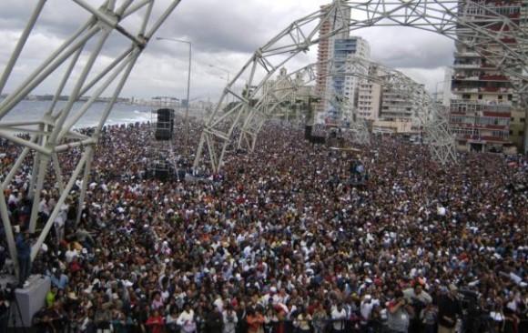 Personas asistentes al concierto realizado por la famosa banda estadounidense Kool & the Gang en la Tribuna Antiimperialista José Martí, en La Habana, Cuba