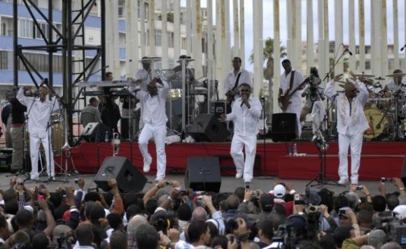 La famosa banda estadounidense Kool & the Gang, durante el concierto realizado en la Tribuna Antiimperialista José Martí en La Habana, Cuba, 20 de diciembre de 2009. AIN FOTO/Sergio Abel REYES/