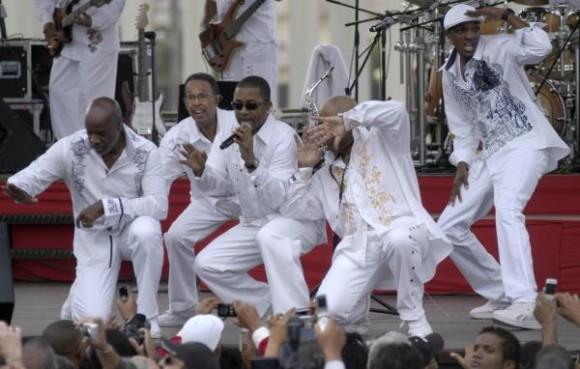 Personas asistentes al concierto realizado por la famosa banda estadounidense Kool & the Gang en la Tribuna Antiimperialista José Martí, en La Habana, Cuba, 20 de diciembre de 2009. AIN FOTO/Sergio Abel REYES