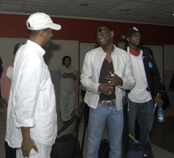"""Integrantes de la banda musical estadounidense Kool and the Gang a su llegada al Aeropuerto Internacional """"Jose Marti"""" de La Habana, el 19 de diciembre de 2009. AIN FOTO/Sergio Abel REYES"""