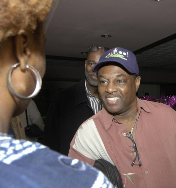"""Robert Kool Bell (D) fundador de la banda musical estadounidense Kool and the Gang a su llegada al Aeropuerto Internacional """"Jose Marti"""" de La Habana, el 19 de diciembre de 2009. AIN FOTO/Sergio Abel REYES"""