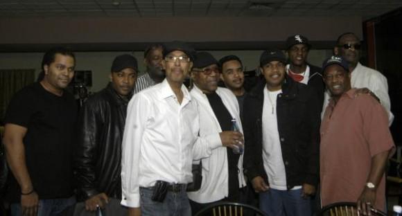 """La banda musical estadounidense Kool and the Gang a su llegada al Aeropuerto Internacional """"Jose Marti"""" de La Habana, el 19 de diciembre de 2009. AIN FOTO/Sergio Abel REYES"""