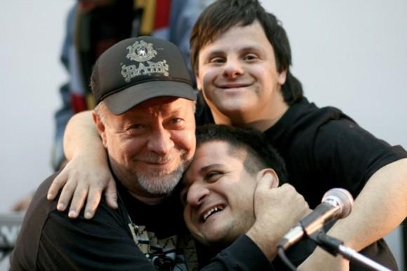 """Leon Gieco con los actores de """"Mundo alas""""."""
