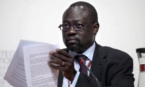 El jefe de un bloque de países en desarrollo, Lumumba Sudán Stanislaus Di-imita, miraba durante una conferencia de prensa en las Naciones Unidas sobre el Cambio Climático en Copenhague el miércoles. (Claus Bjorn Larsen / Polfoto / Associated Press)