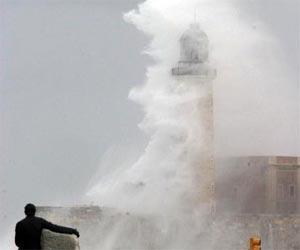 Ola tapa el Faro del Morro durante el Huracán Wilma, 2005