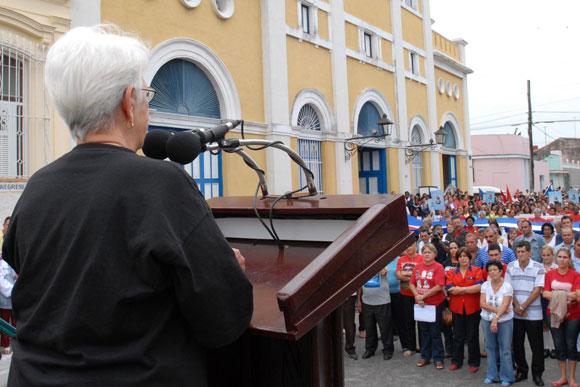 """Mirta Rodríguez Pérez madre de """"Tony"""" Guerrero, uno de los Cinco Héroes injustamente encarcelados, dio las palabras centrales de la marcha de las mujeres, en la tribuna situada frente al museo a la Batalla de Ideas, en la Ciudad de Cárdenas."""