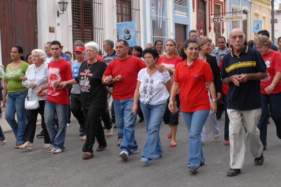 Familiares de los cinco desfilan junto a las mujeres por las calle de la Ciudad de Cárdenas, reclamando la libertad de los Cinco Héroes prisioneros injustamente en los Estados Unidos, el 6 de diciembre de 2009 AIN FOTO/Marisol RUIZ SOTO