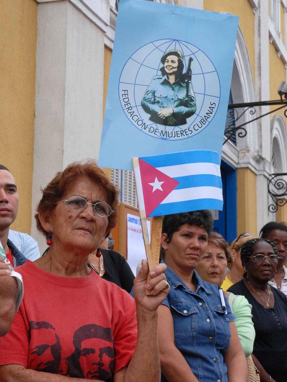 Con una marcha de mujeres por las calles de la Ciudad Bandera, en la provincia de Matanzas exigiendo la libertad de los Cinco antiterroristas cubanos presos en injustamente en los Estados Unidos, se celebró el décimo Aniversario de la Batalla de Ideas.