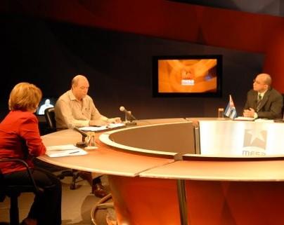 De izquierda a derecha, Victoria Arencibia Sosa, Directora de Relaciones Internacionales del Ministerio de Educación y Coordinadora del Proyecto Gran Nacional de Post Alfabetización;Rodrigo Malmierca, ministro de Comercio Exterior e Inversión Extranjera, y Randy Alonso, director de la Mesa Redonda de la Televisión Cubana.