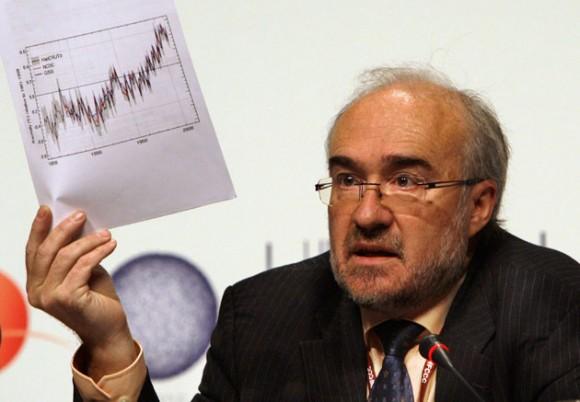 Michel Jarraud, secretario general de la Organización Meteorológica Mundial, muestra gráficos que indican que la década actual podría ser la más calurosa en un siglo y medio, en la cumbre climática en Copenhague el martes 8 de diciembre del 2009 (AP Foto/Anja Niedringhaus)