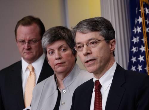 El secretario de prensa de la Casa Blanca, Robert Gibbs (izquierda); la titular de Seguridad Interna, Janet Napolitano, y el subsecretario de Justicia, David Ogden, durante una conferencia de prensa sobre la situación en México, realizada en Washington en marzo de 2009. Foto Ap