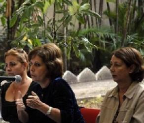 Olga Salanueva (centro), esposa de Rene González hace uso de la palabra durante un conversatorio con miembros norteamericanos del grupo de intercambio humanitario Global Exchange, en la sede del instituto Cubano de Amistad con los Pueblos (ICAP), en La Habana, Cuba el 29 de diciembre de 2009. AIN FOTO/Abel ERNESTO