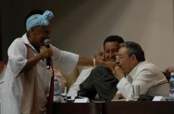 El presidente cubano Raúl Castro Ruz, besa la mano de la cantante cubana Omara Portuondo, durante el acto de clausura de la Cumbre de la Alianza Bolivariana para los Pueblos de Nuestra América (ALBA), en el Palacio de Convenciones, en La Habana, Cuba, el 14 de diciembre de 2009. AIN FOTO/Omara Garcia Mederos