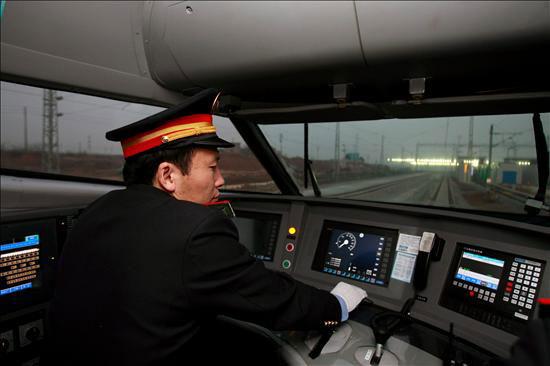 Un maquinista opera uno de los nuevos trenes de alta velocidad chinos (CRH) de camino hacia Cantón (China), se ha inaugurado la línea de tren de alta velocidad más rápida del mundo, que une en 3 horas las ciudades de Wuhan (centro) y Cantón (sur). En en una segunda fase, la línea unirá Pekín con Cantón, recorriendo un total 1.069 kilómetros a una media de 350 kilómetros por hora. EFE