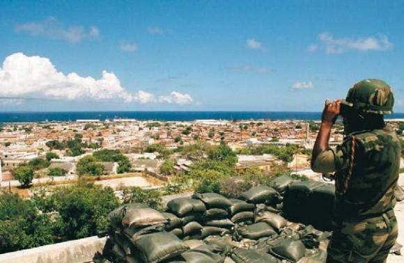 UN Photo/MILTON GRANT Un soldado del contingente nigeriano de la UNOSOM II vigila la ciudad de Mogadiscio, mayo de 1993