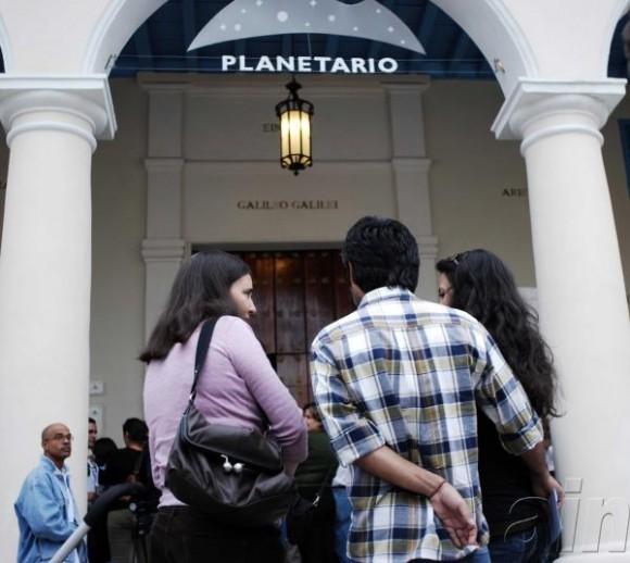 Asistentes a la nauguración del Planetario, en La Habana, Cuba, el 21 de diciembre de 2009. AIN FOTO/Abel ERNESTO