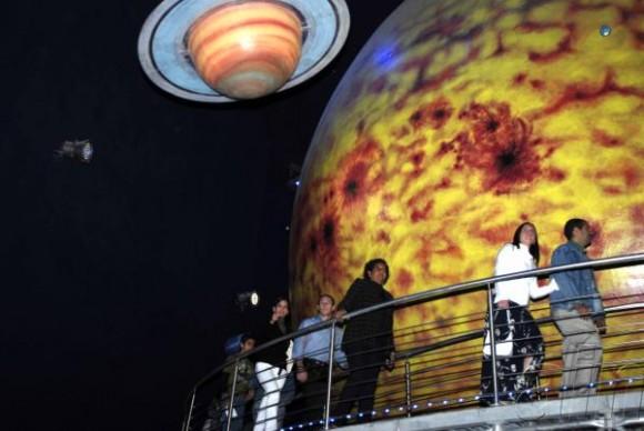 Asistentes a la inauguración del Planetario, durante un recorrido a través de las instalaciones del centro, en La Habana, Cuba, el 21 de diciembre de 2009. AIN FOTO/Abel ERNESTO