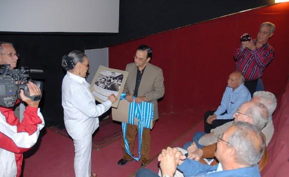 Marigloria Cornejo entrega a Tubal Páez, presidente de la UPEC, un donativo de fotos y documentos sobre la estrecha relación que tuvieron Carlos Bastidas y su maestro Justino Cornejo.