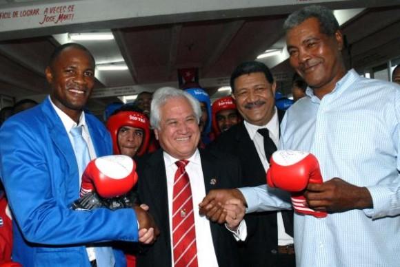 """Feleti Valká uta Sevele (C) , primer Ministro, canciller y ministro de Defensa del Reino de Tonga , Teofilo Stevenson (D) ,tres veces campeón olímpico y mundial en boxeo, y Félix Savón (I), seis veces campeón mundial y tres olímpico en boxeo, en la Escuela Superior de Atletas de Alto rendimiento """"Giraldo Córdova Cardin"""", en Ciudad de La Habana, el 2 de Diciembre de 2009. AIN FOTO/Marcelino VAZQUEZ HERNANDEZ"""