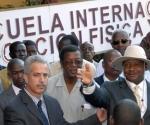El General Yoweri Kaguta Museveni, (D), presidente de la República de Uganda, firma el libro de visitantes de la escuela Internacional de Educación Física y Deportes, en San José de Las Lajas, provincia Habana, el 1 de diciembre de 2009. Lo acompañaron en su recorrido Cristian Jiménez (C), presidente del Instituto Nacional de Deportes, Educación Física y Recreación (INDER), y José Polo Vázquez (I), rector del centro, en San José de Las Lajas, provincia Habana, el 1 de diciembre de 2009. AIN FOTO/Marcelino VAZQUEZ HERNANDEZ